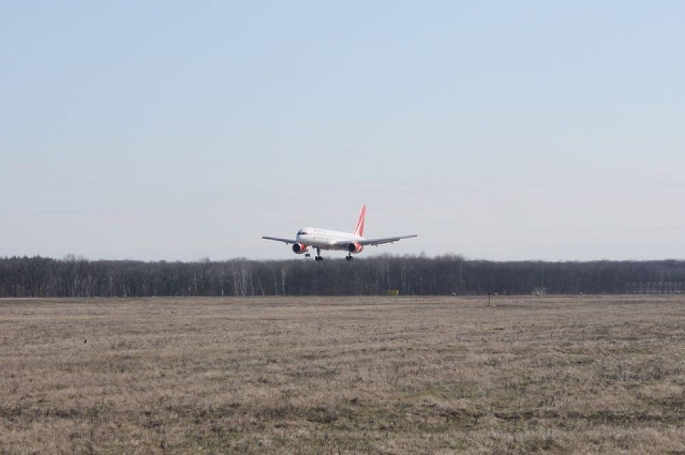 Из-за попутного ветра самолет прилетел раньше времени