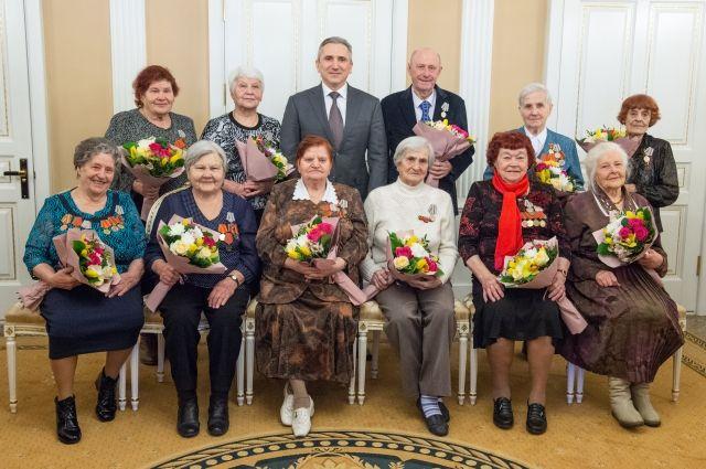 Александр Моор вручил 11 тюменским ветеранам войны юбилейные медали
