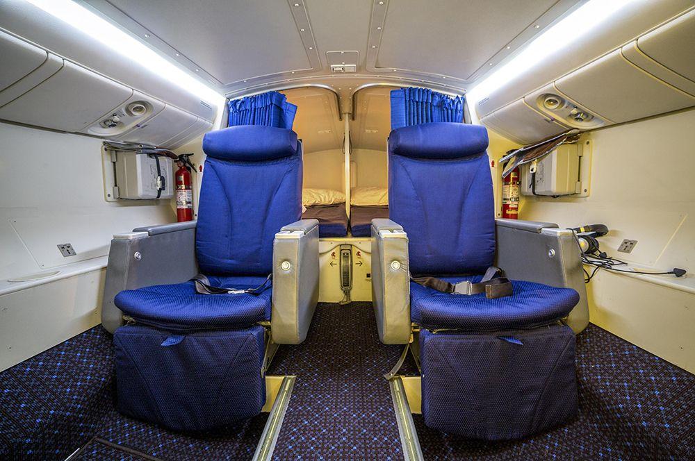 Зоны отдыха могут оборудоваться как спальными местами, так и дополнительными сиденьями. Спальные места могут быть в виде коек или секций капсульного типа, могут отделяться друга от друга перегородками или занавесками.