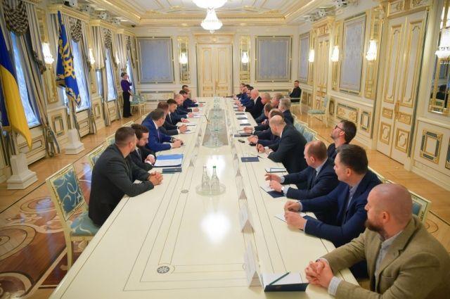 Зеленский попросил олигархов помочь стране в борьбе с коронавирусом