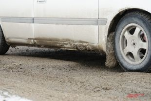 По мнению водителей, дороги с разрушенным асфальтом теперь безопаснее объезжать по грунтовым дорогам частных секторов.