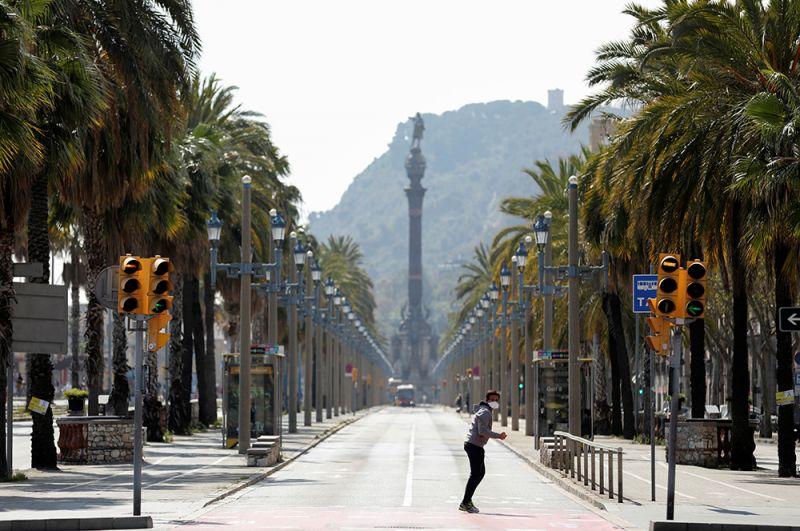 Мужчина на проспекте Колумба в Барселоне.
