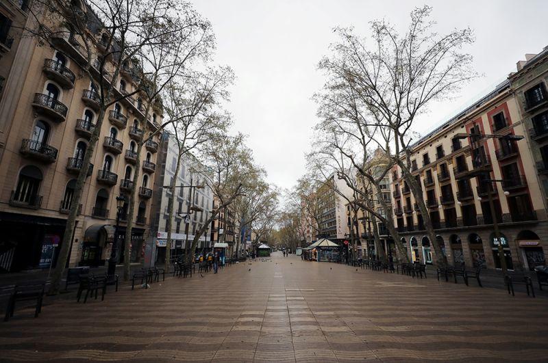 Оживленная обычно улица Рамбла в Барселоне.