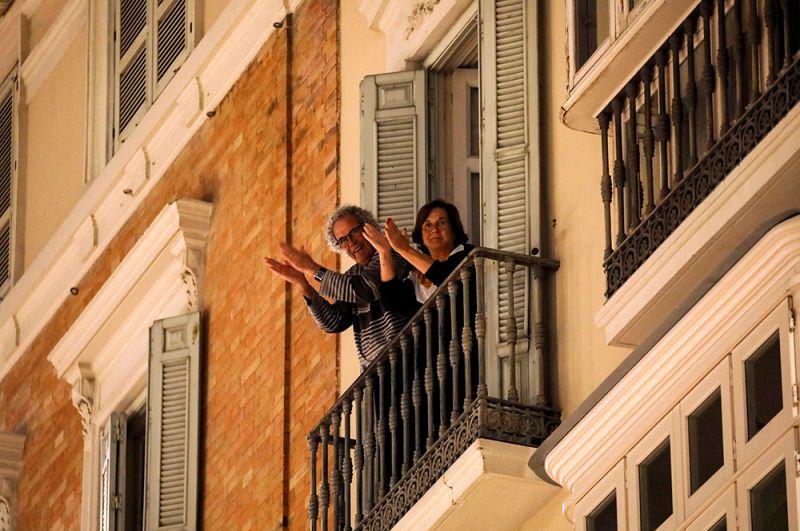 Как и в Италии, местные жители собираются вечерами на своих балконах, чтобы поддержать друг друга и выразить благодарность медицинским работникам. На фото: пожилые жители города Ронда.