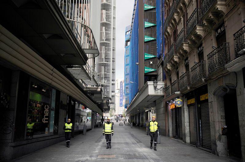 Члены военного подразделения по чрезвычайным ситуациям патрулируют улицы в Мадриде.
