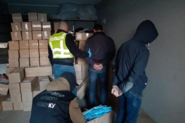 Угрожали оружием: в Киеве злоумышленники украли сто тысяч медицинских масок