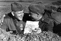 Великая Отечественная война 1941-1945 гг. Юго-Западный фронт. Солдаты в окопе читают письмо от родных.