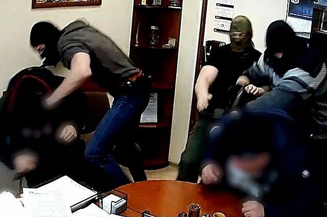 Оперативники УФСБ задержали злоумышленников в момент передачи части денег.