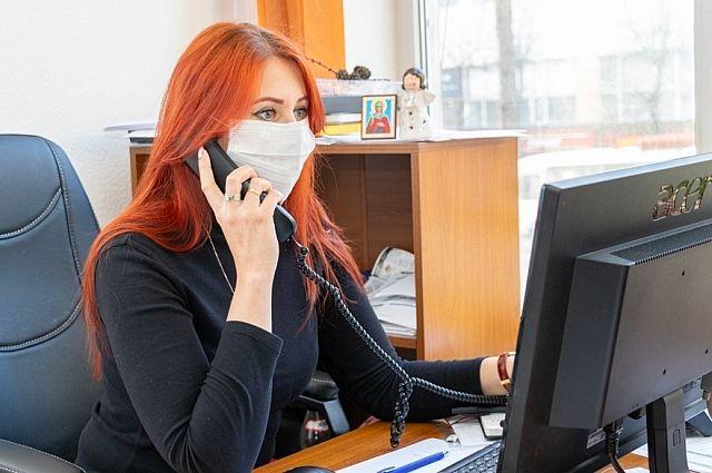 В офисах работникам предлагают работать из дома.