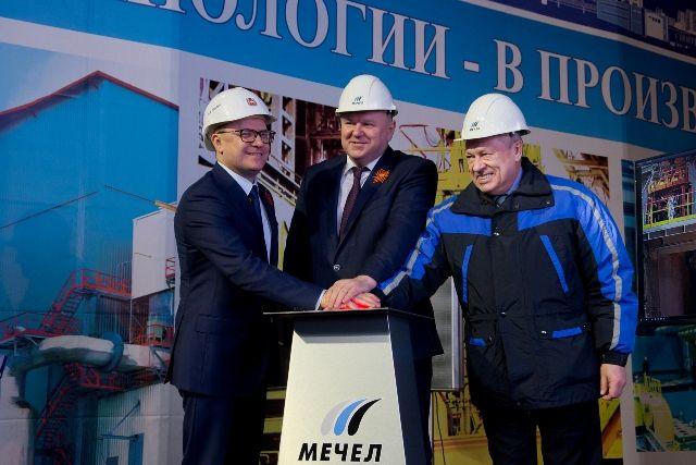 Алексей Текслер вместе с Николаем Цукановым и председателем совета директоров «Мечела» Игорем Зюзиным запустили доменную печь и конвертер, которые позволят снизить объём выбросов.