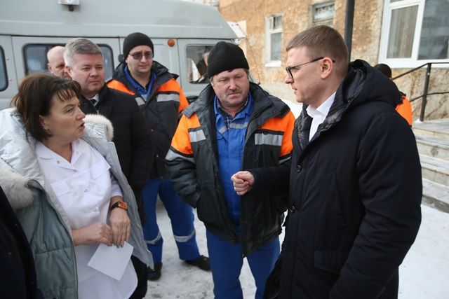 Практически в каждом районе губернатор посещает медучреждение. В Кусинском районе он побеседовал с сотрудниками скорой помощи.