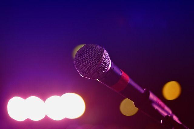 Многие артисты переносят выступления, чтобы не подвергать зрителей опасности.