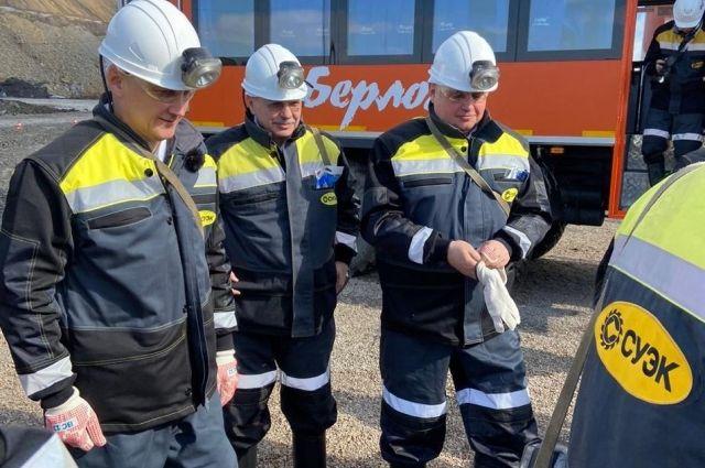 Перед спуском Андрей Белоусов прошел необходимый инструктаж.
