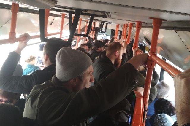 Карантин в столице: полный транспорт и «километровые» очереди
