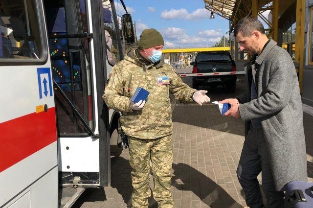 За сутки в Украину пограничники доставили около 4,5 тысяч украинцев