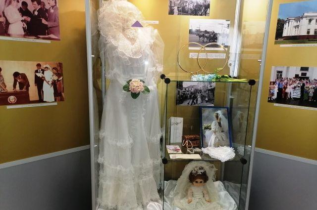 В 1990-е годы на капоты свадебных машин стали крепить кольца и кукол.