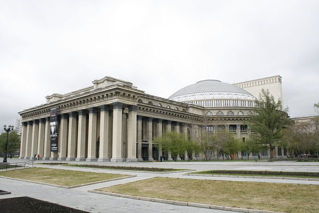 Новосибирский театр оперы и балета временно перенес все спектакли из-за коронавирусной инфекции.