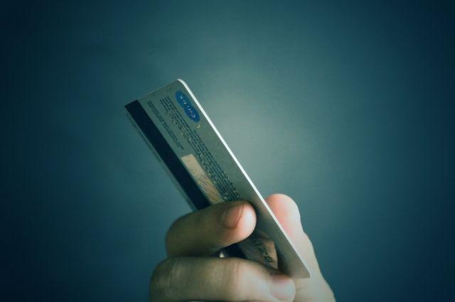 В сентябре 2012 года женщина заключила договор кредитной карты с лимитом 64 000 рублей.