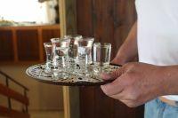 «Обеззараживать» слизистые рта и пищевода алкоголем тоже неэффективно.