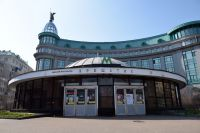 Закрытые двери ввестибюле станции «Крещатик» киевского метрополитена.