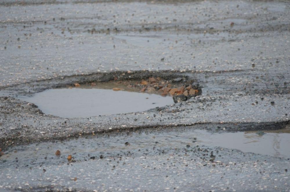 Попадешь в такую яму - лишишься колеса.