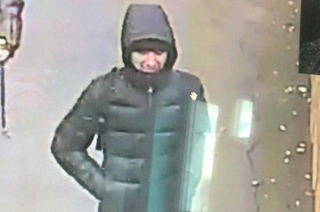 Мужчина угрожал продавцу ножом.