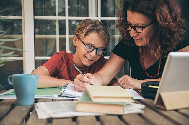 Перевод детей на дистанционное обучение практически привязывает родителей к ребенку. Они обязаны обеспечивать связь, решать технические проблемы и следить за тем, чтобы ребенок не отвлекался.