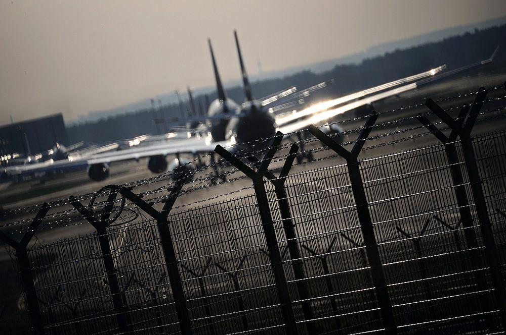 Самолеты немецкого авиаперевозчика Lufthansa припаркованы в аэропорту Франкфурта, Германия.