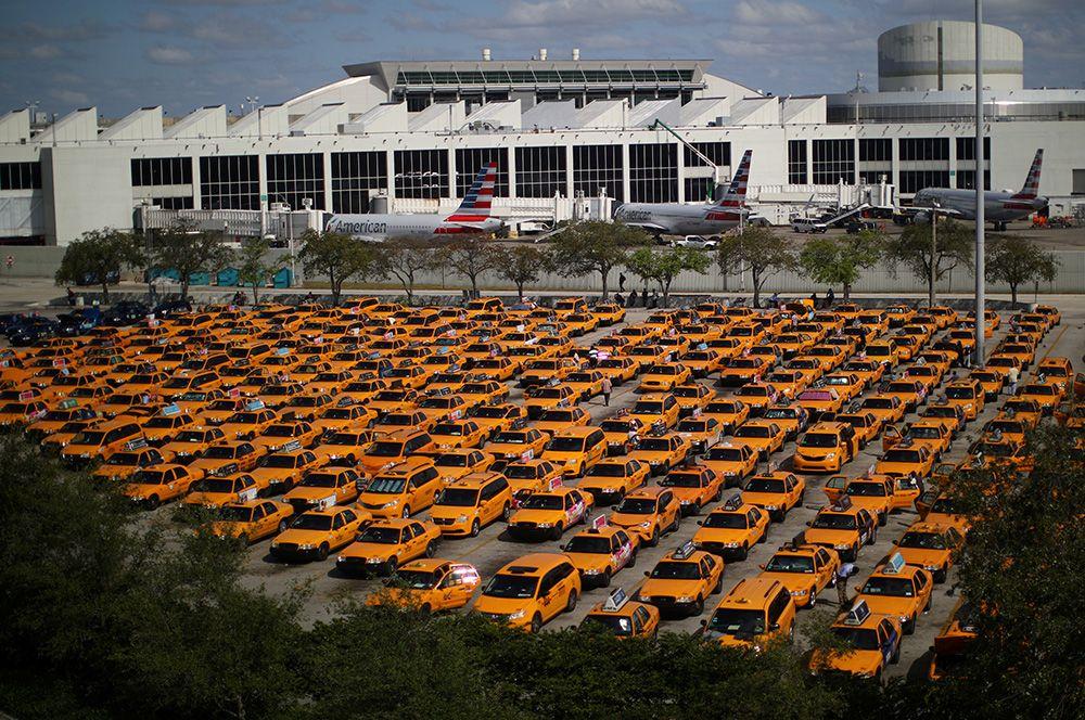 Такси на стоянке международного аэропорта Майами, Флорида, США.