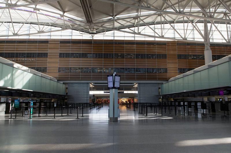 В парижском аэропорту имени Шарля де Голля, Франция.