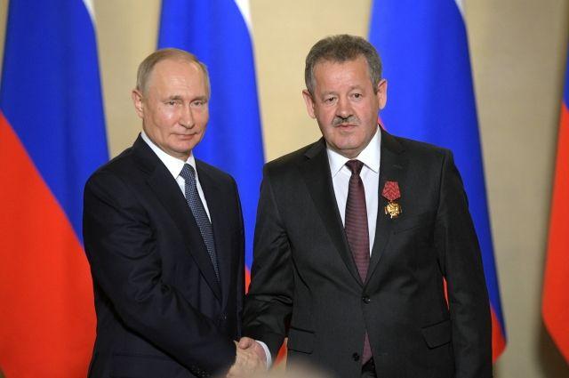 Владимир Путин за заслуги перед Отечеством наградил Николая Руссу