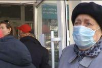 В столице пенсионеры пытались штурмом взять отделение банка