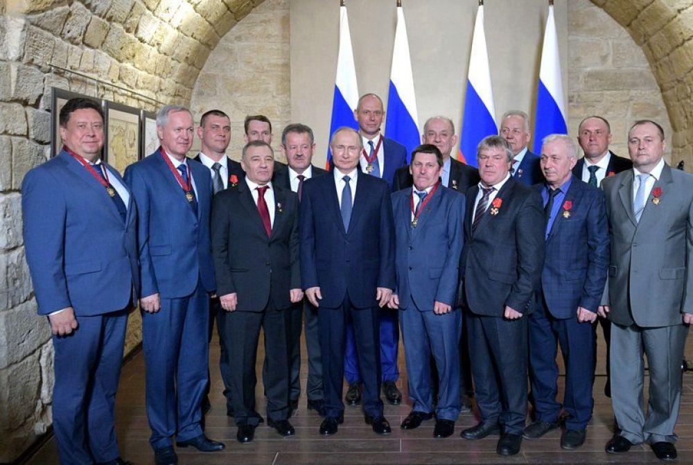 Владимир Путин вручил награды строителям Крымского моста.