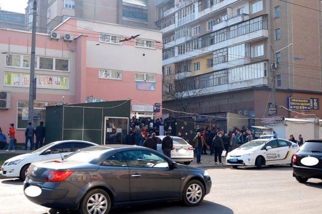 Правоохранители оштрафовали директора визового центра из-за длинной очереди