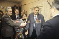 Церемония награждения золотой медалью «Серп иМолот» прошла вквартире Льва Яшина. 1990 г.