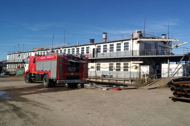 В Калининграде потушили пожар в плавучей мастерской