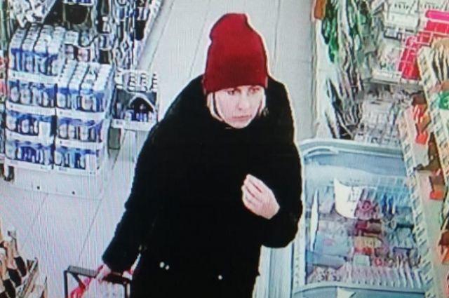 Полиция объявила в розыск женщину, которая сделала несколько покупок на сумму 8 958 рублей с чужой банковской карты.