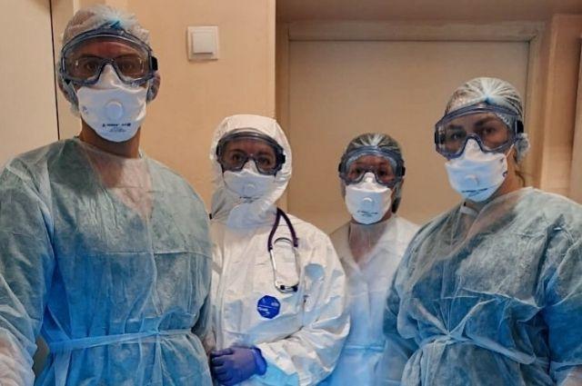 5 сотрудников областной инфекционной больницы оказывают круглосуточную медицинскую помощь пациентам.