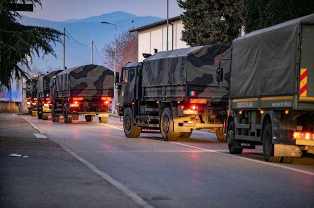 Грузовики вооруженных сил Италии, задействованные для перевозки гробов с умершими от коронавируса в Бергамо.