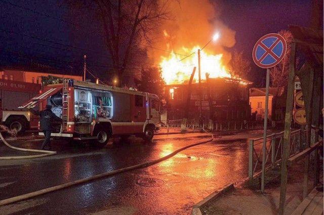 Объект культурного наследия утратил свой вид ещё до пожара - к кафе незаконно пристроили летнюю веранду, завесили баннерами и кондиционерами.