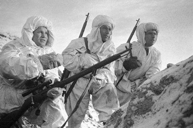 Снайпер Герой Советского Союза Василий Зайцев (слева) объясняет новичкам предстоящую задачу. 1942 г.