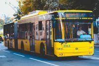 В Киеве мужчина разбил двери троллейбуса из-за отказа пустить его в салон