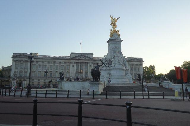 В многолюдных местах Лондона стало необычайно пусто.