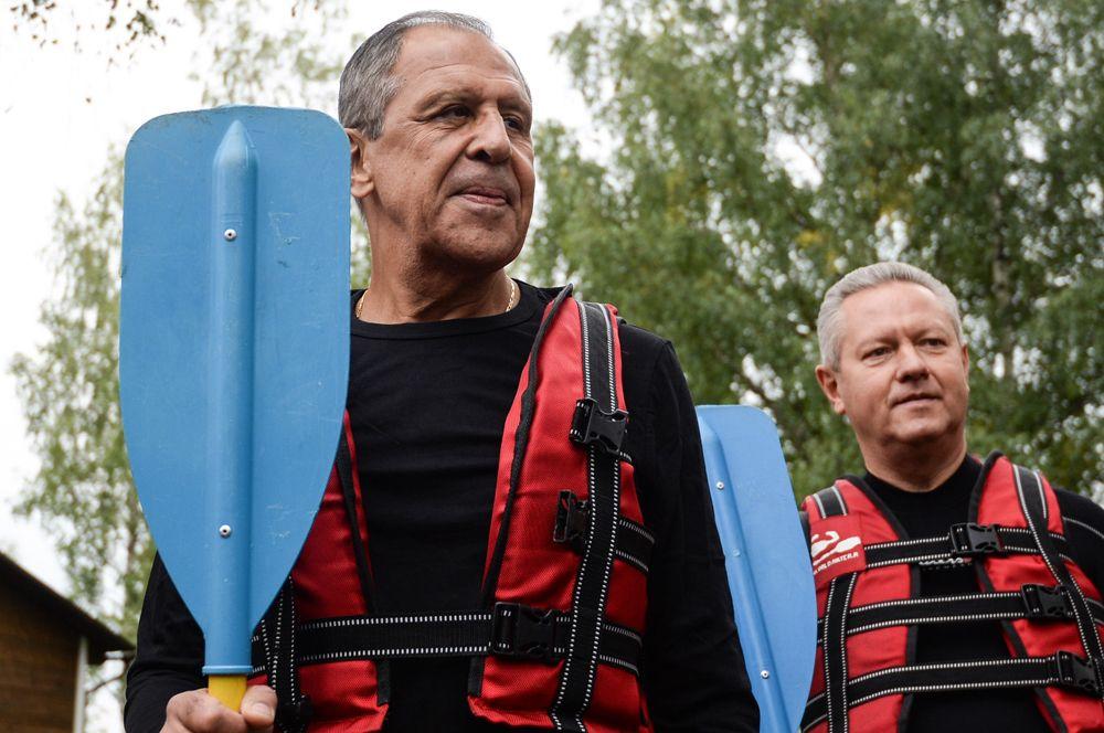 Министр иностранных дел России Сергей Лавров (слева) на открытии Центра гребного слалома в Окуловке Новгородской области.