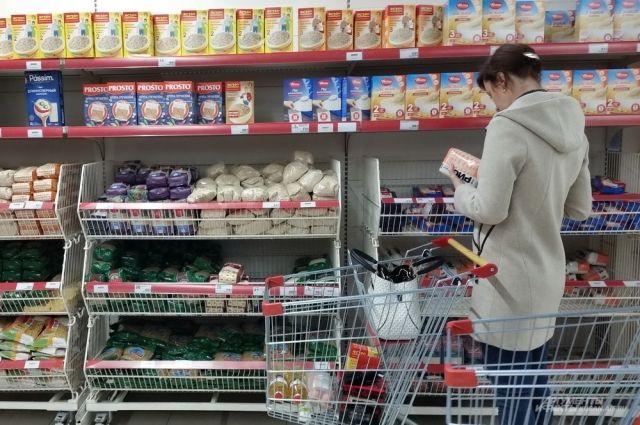 Люди бьют тревогу, скупая крупу и макароны, туалетную бумагу и пастеризованное молоко.