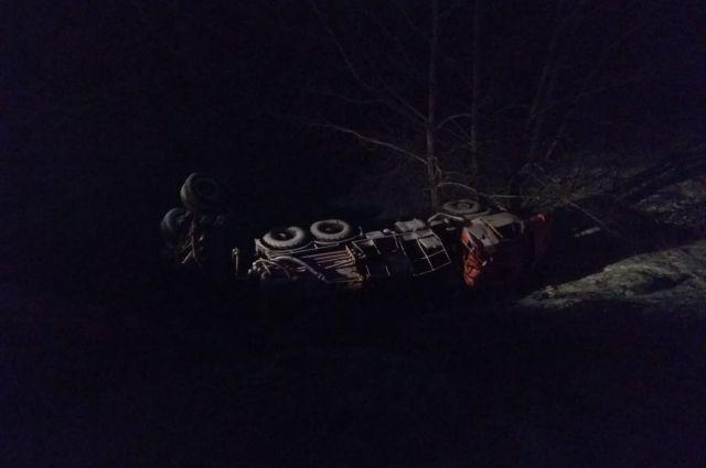 На трассе Самара-Оренбург столкнулись два грузовика, есть погибший.