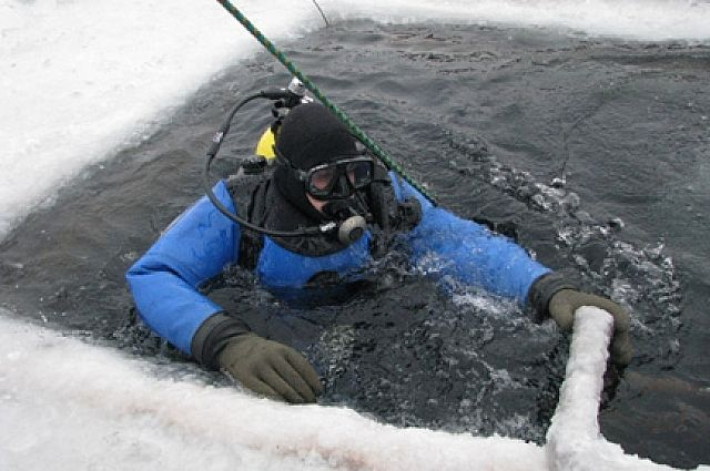Температура воды не превышает +3°С, а видимость практически нулевая.