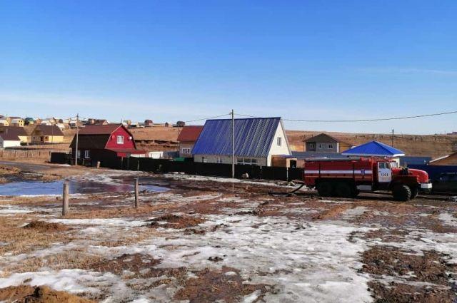 Талая вода подтопила несколько дворов в Хомутово, Урике и Грановщине.