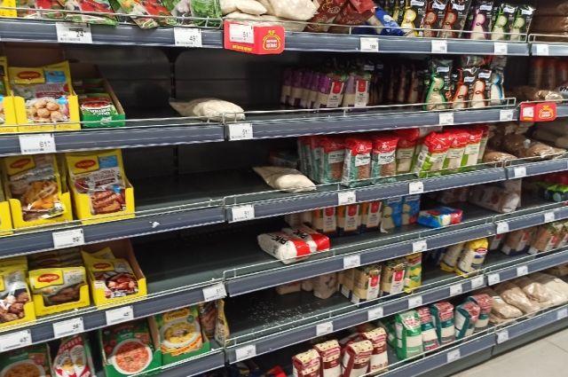 Высокий спрос отмечается на гречку, сахар и туалетную бумагу.