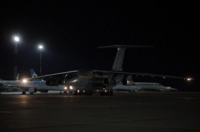 В Украину из Китая прибыл самолет с тестами на коронавирус